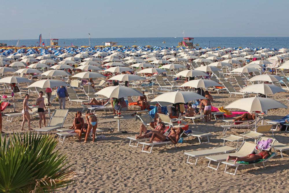 Rimini Marina Centro, vendesi bellissimo stabilimento balneare composto da 165 ombrelloni e 440 lettini.